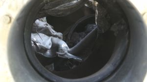 Genom avgasröret till M/S Mässkär syns var den överhettade ljuddämparen har smultit plasten runt om.