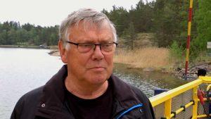 Närbild på Wilhelm Henriksson som står på Högsarfärjan.