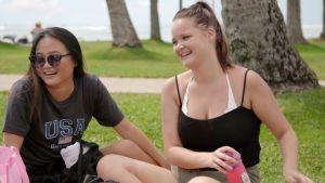 Au pairit Talvikki ja Emma ovat piknikillä ja nauravat