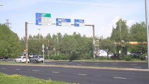 Bilar står i ett trafikljus vid Hoplax rondell.
