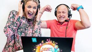 Milla Madetoja ja Kalle Palander katsovat kannettavan näyttöä. Molemmilla päässään selostajan headsetit.
