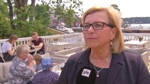 Tarja Rautiainen är en blond kvinna med glasögon.