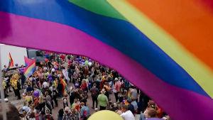 Sateenkaarilippu liehuu Pride-tapahtumassa Helsingissä 2018