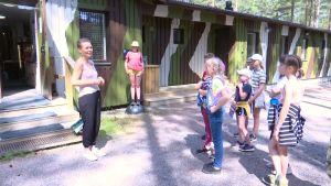Guiden Jessica Kaunisranta pratar med skolelever utanför Hangö frontmuseum.