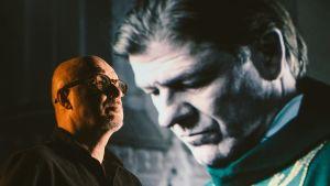 J.P. Pulkkinen takana heijasteena Sean Bean elokuvassa Särkynyt enkeli