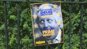 """""""Vi står hellre ut med honom som vår granne än som vår premiärminister"""" står det på den här affischen, som någon hängt upp utanför Johnsons hem."""