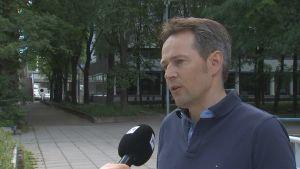 Bild på Juri Aaltonen som intervjuas.