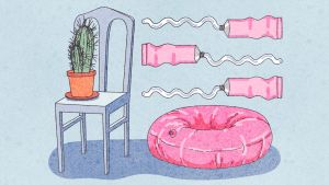 Piirros, jossa tuolin päällä on kaktus. Vieressä lattiassa uimarengas ja sen yläpuolella kolme rasvatuubia.