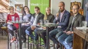 Kuvassa vasemmalta oikealle: Krista Mikkonen, Emma Kari, Mika Flöjt, Maria Ohisalo, Touko Aalto ja Olli-Poika Parviainen.