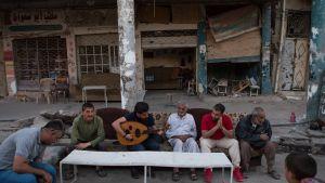 Awtar Nergal -yhtyeen Khalid Al-Rawi ja Mustafa Ismael ovat esiintymässä ja keskustelemassa ihmisten kanssa vanhassa Mosulissa.