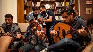 Awtar Nergalin Khalid ja Mohammad soittelevat Book Forum kahvilassa paikallisten muusikoiden kanssa.