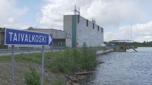 Kuvassa on Taivalkosken vesivoimalaitos.