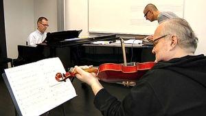 Pianisti Jouko Laivuori ja säveltäjät Kimmo Hakola ja Juhani Nuorvala syksyllä 2011.
