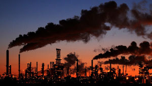 Kaupungin siluetti ja savuttavia piippuja.