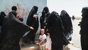 Från lägret al-hol i Syrien. Mödrar med sina barn.