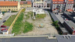 En tom tomt i en stadsmiljö sedd uppifrån.