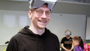 Aarne-VR -teoksen ohjaaja Henry Lämsä virtuaalitodellisuuslasit otsallaan.