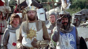 Graham Chapman on kuningas Arthur ja Terry Jones on Sir Bedevere elokuvassa Monty Pythonin hullu maailma, taustalla Sir Galahad (Michael Palin) ja Sir Robin (Eric Idle)