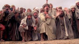 Väkijoukko hurmoksessa. Kuva Monty Python -elokuvasta Brianin elämä.