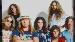 Lynyrd Skynyrd -yhtye poseeraa arkistokuvassa. Kuva dokumenttielokuvasta Lynyrd Skynyrd: If I Leave Here Tomorrow
