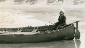 Peter Sellers istuu hurjan näköisenä veneessä. Kuva dokumenttielokuvasta The Ghost of Peter Sellers.