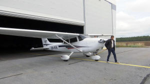 Man drar flygplan ur hangar