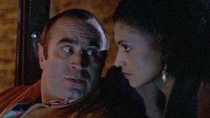 George (Bob Hoskins) ja Simone (Cathy Tyson) autossa elokuvassa Mona Lisa