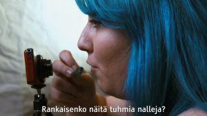 Kinky Business -dokumentin nainen syö nallekarkkeja