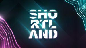 Shortland-kilpailun valkoinen, hieman hohtava logo tummanvihreällä taustalla.