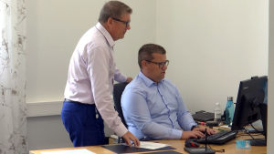 Bankdirektör Berndt-Johan Lundström och Christer Eklund vid en dator.