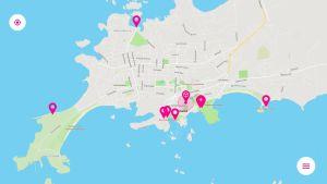 En karta över en stad och på den är röda nålar utprickade.