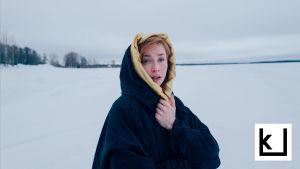 Tonislav Hristovin Veeran maaginen elämä -elokuvan päähenkilö Veera lumisessa maisemassa.