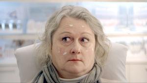 Lyhytelokuvan päähenkilö Taina kasvokuvassa. Näyttelijä Tiina Pirhonen.