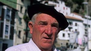 Baski päässään baskeri, taustalla Pohjois-Espanjalainen kaupunkinäkymä
