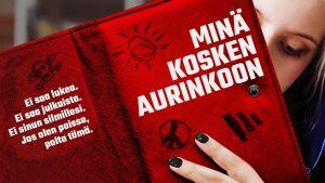Kuvituskuva, punaisen avonaisen kirjan takana nainen ja kirjan kannessa kuunnelman Minä kosken aurinkoon nimi ja teksti: Ei saa lukea. Ei saa julkaista. Ei sinun silmillesi. Jos olen poissa, polta tämä.