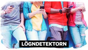 Fyra människor som står med sina mobiltelefoner vid en vägg.