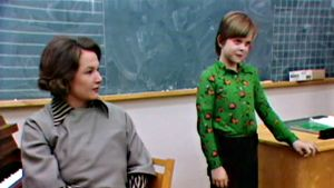 Laulunopettaja (Anja Pohjola) ja Salli (Kaisa Martinkauppi laulukokeessa.