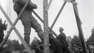 Yhtä Hämeensillan patsaista pystytetään (1929).