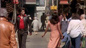 Tony (John Travolta) katselee kadulla kauniin tytön jälkeen elokuvassa Saturday Night Fever - Lauantai-illan huumaa