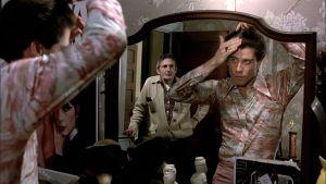 Tony (John Travolta) laittaa tukkaansa peilin edessä, taustalla isä Frank (Val Bisoglio) elokuvassa Saturday Night Fever - Lauantai-illan huumaa