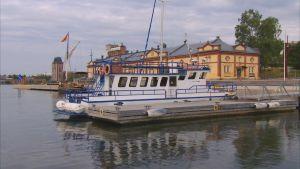 kryssningsbåt vid brygga
