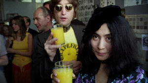 John Lennon ja Yoko Ono poseeraavat Onon Grapefruit-tilaisuudessa.