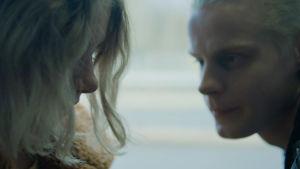 En ung man spänner en elak blick i en ung flicka på bussen.