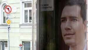 En en valaffisch med Sebastian Kurz.