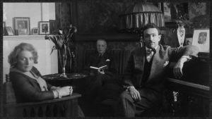 Greta, Willy ja Boris Sirob (myöh. Sirpo) kotonaan Viipurissa 1920-luvun lopulla.