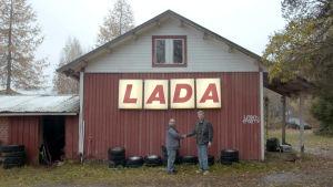 Jussi Kulonen ja Jussi Nygren kättelevät ison Lada-valomainoksen edessä.