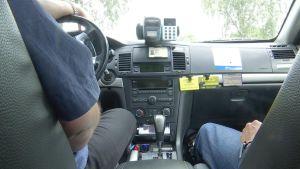 Kuljettaja ja asiakas taksin kyydissä
