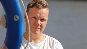 Sohvaperunat-ohjelmasta tuttu Osku Valtonen Turun Aurajoen rannalla.