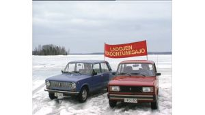 Kaksi Ladaa järven jäällä.
