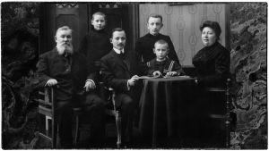 Viipurilainen kauppias Kulikoffin perhe 1910. Perheen nuorimmasta pojasta tuli pianotaiteilija Sergei Kulanko.